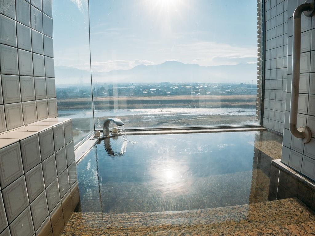 展望石風呂のコーナー窓から南面に臨む笛吹川と富士山頂方面の眺望は絶景です。