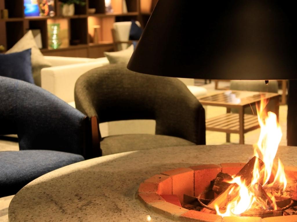 Cafe&Barには「囲炉裏(いろり)」をご用意。みんなで集って話をして。