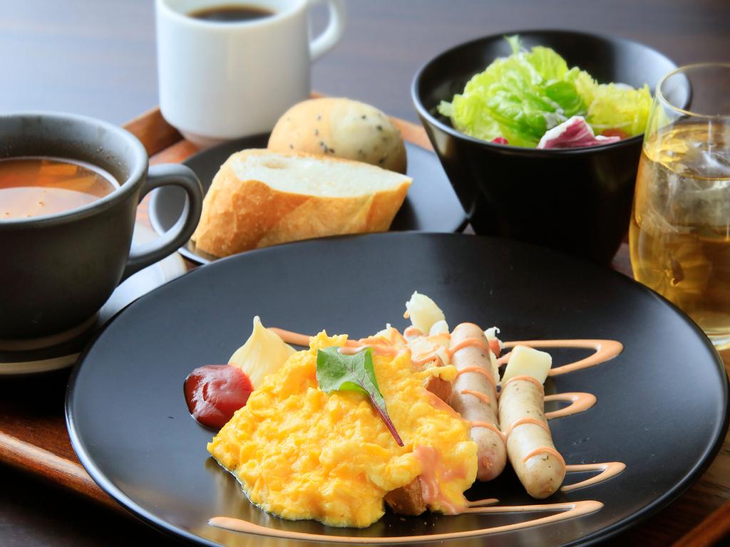 洋風の朝食を、中禅寺湖が見えるレストランにてどうぞ