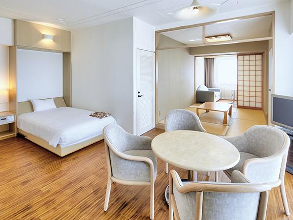 【コーナーファミリー/和洋室】81平米の和洋室。和室のお布団利用で5名様までゆったりお過ごしいただけます。