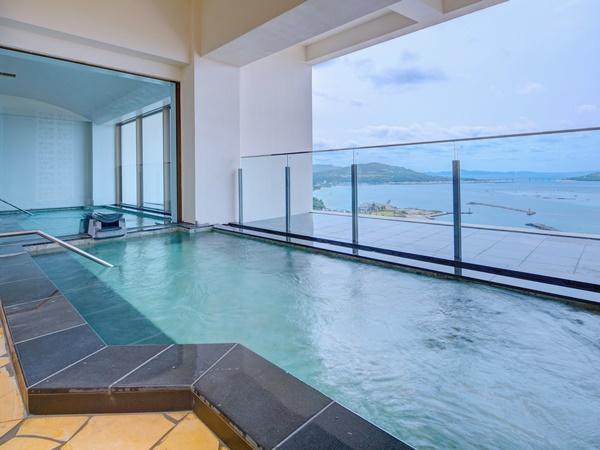 【最上階展望大浴場/11階】 露天風呂付きの展望大浴場。時間とともに移りゆく自然の絶景に癒されてください。