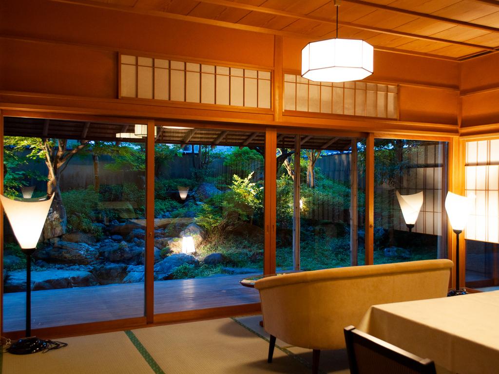 日本庭園を眺めてのお食事を