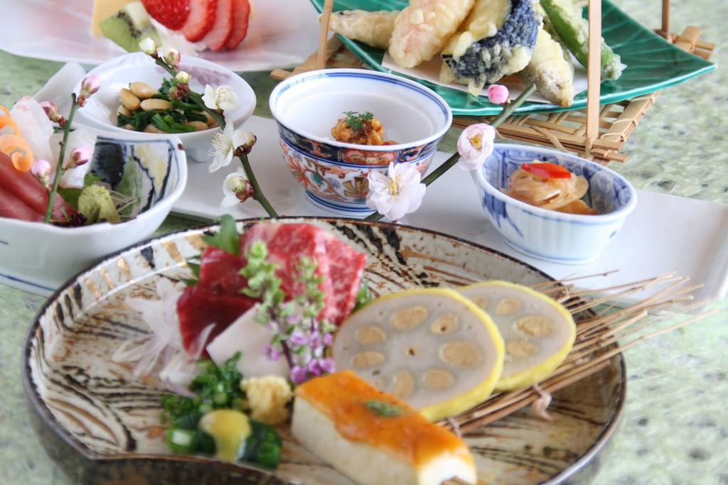 夕食・郷土料理(馬刺し・辛子蓮根等)イメージ