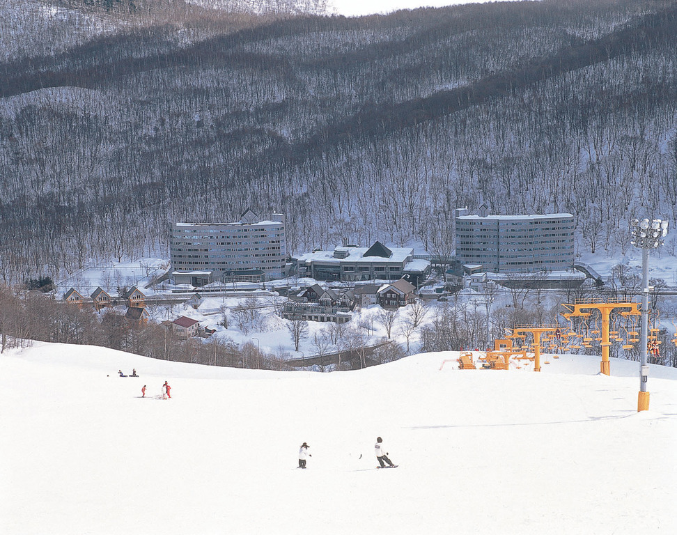 スキー場から見る朝里クラッセホテル