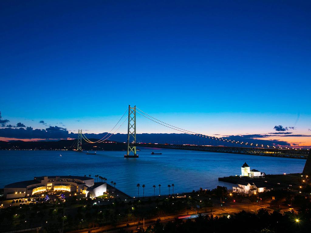 夜はライトアップされる明石海峡大橋。毎時間の0分と30分とで異なる点灯パターンは必見♪