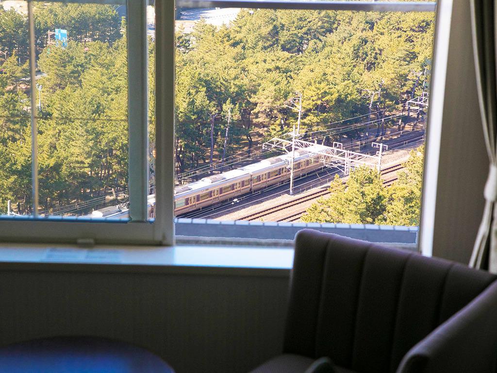 電車が好きなお子様も大喜び♪客室から山陽本線を見下ろすGoodなアングル♪