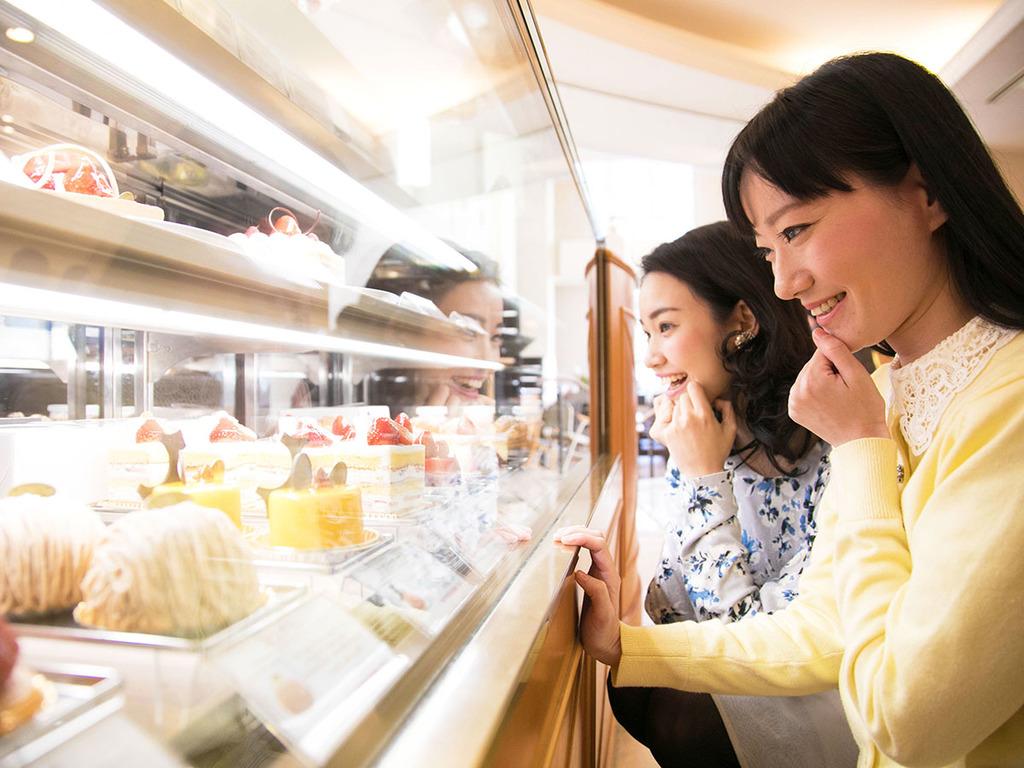 """1階レストランでは""""美味しそう〜""""なケーキをズラリと販売♪お部屋でのデザートやお土産にも◎"""