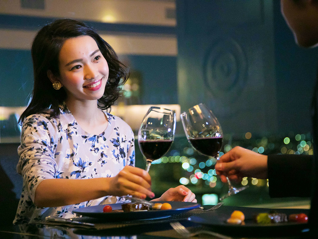 """右手に""""ワイン""""を左手に""""キミ""""を。きらびやかな夜景と楽しむ至福のディナー"""