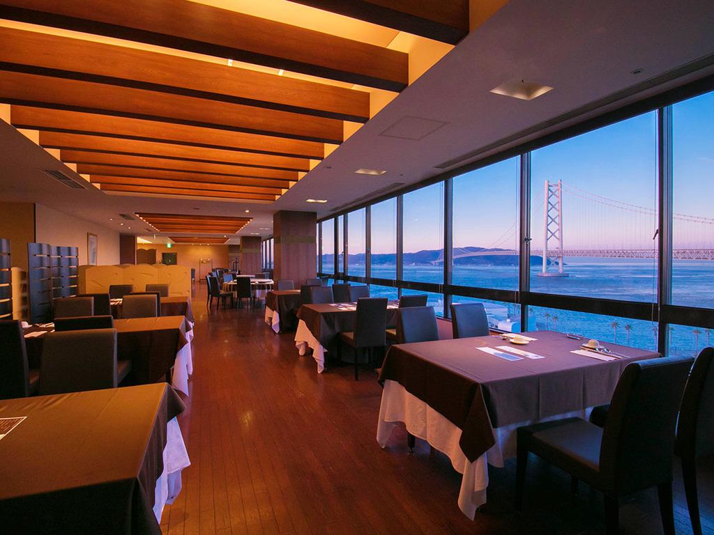 緑風館の最上階『壺中天(こちゅうてん)』窓いっぱいに広がる明石海峡大橋を楽しみながらの贅沢空間