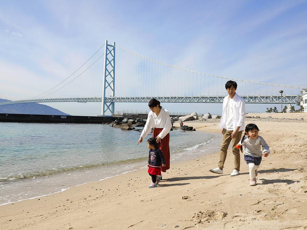 広々とした海と砂浜にお子様も大喜び♪明石海峡大橋をバックに記念撮影も♪