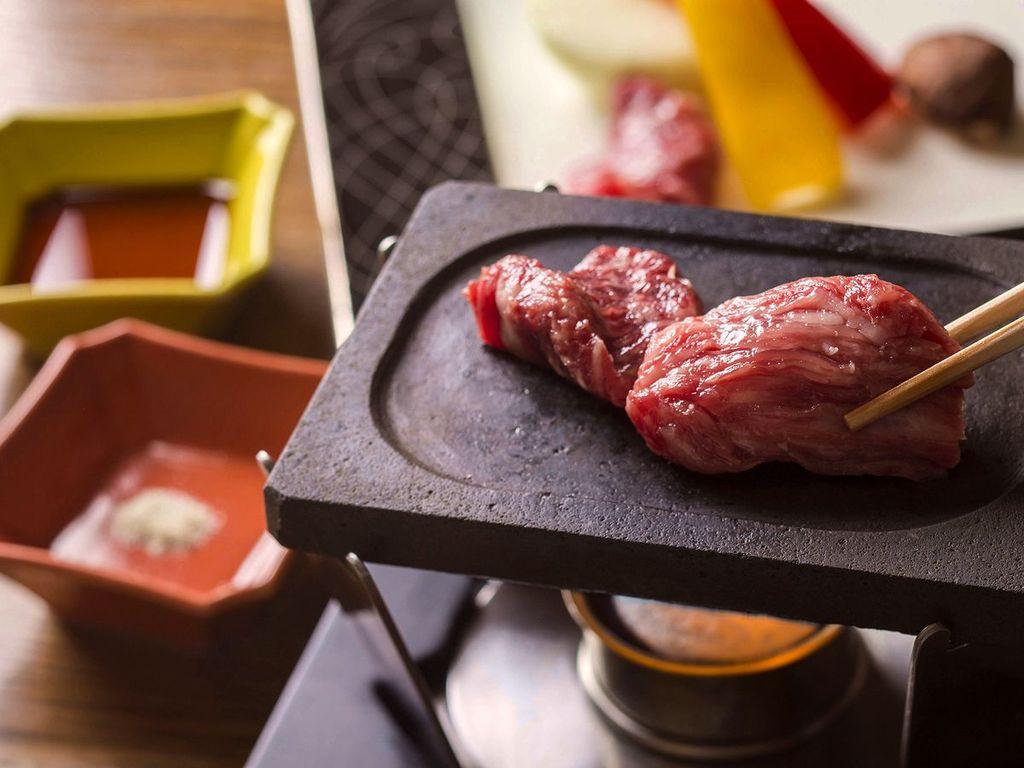 【蔵・準懐石一例】ご自身で焼き上げる登別牛の陶板焼き。個室でゆっくりとお食事をお楽しみ下さい。