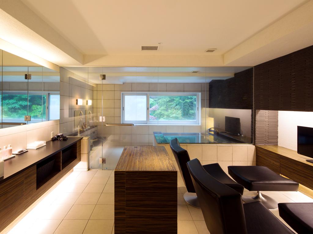 【貸切風呂】テレビやソファ、冷蔵庫付きの休憩室を備えております。まずは湯上りに、お寛ぎくださいませ。
