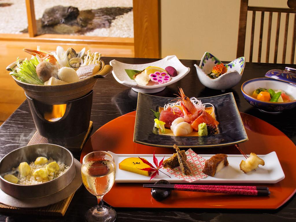 【桜房・会席一例】お席にはお造りや鍋物などをご用意します。バイキングメニューとご一緒にどうぞ。