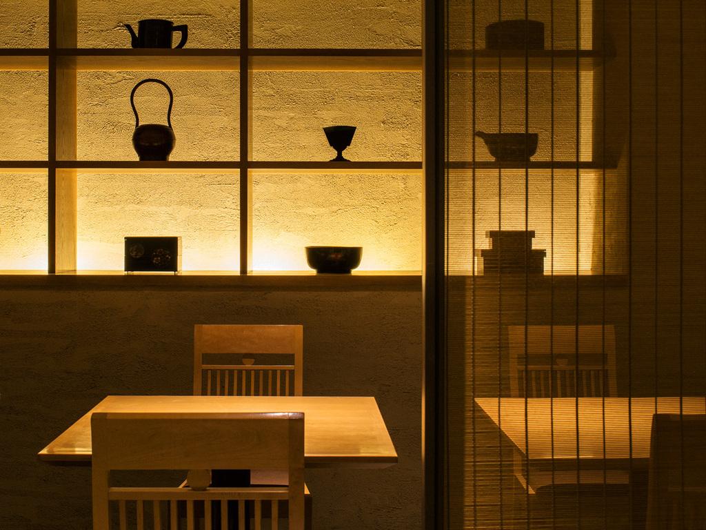 【食事処 蔵】純和風の造りと柔らかな照明のなかで調理長自慢の懐石料理に舌鼓を。