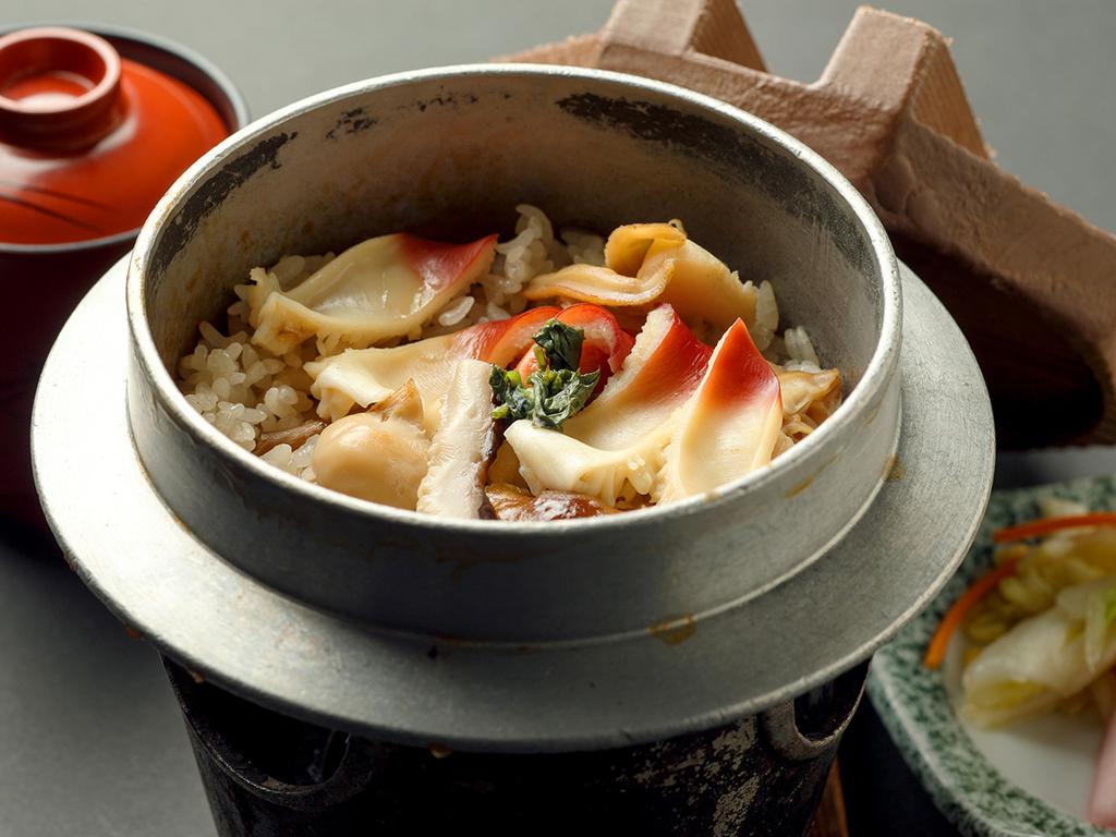 【12〜3月/市場めし】連泊の方には昼食に前浜ホッキ釜飯をお召し上がりいただけます!