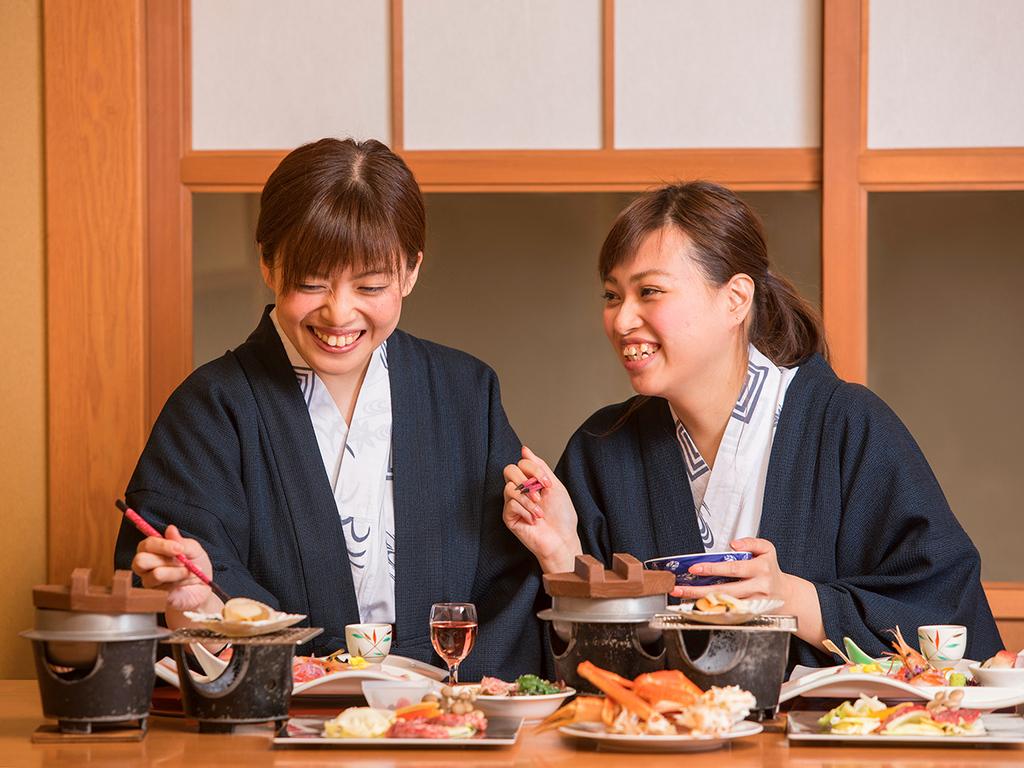 【桜房・お食事風景】半個室のお席で気兼ねなくお食事をお楽しみ下さい。