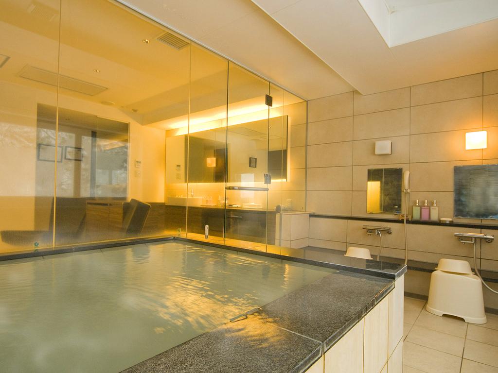 【貸切風呂】自然光が差し込む貸切風呂で、掛け流しの湯を贅沢に。