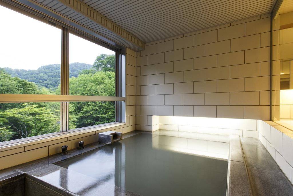 客室展望風呂〜四季折々の景色を見ながら温泉をお楽しみください。