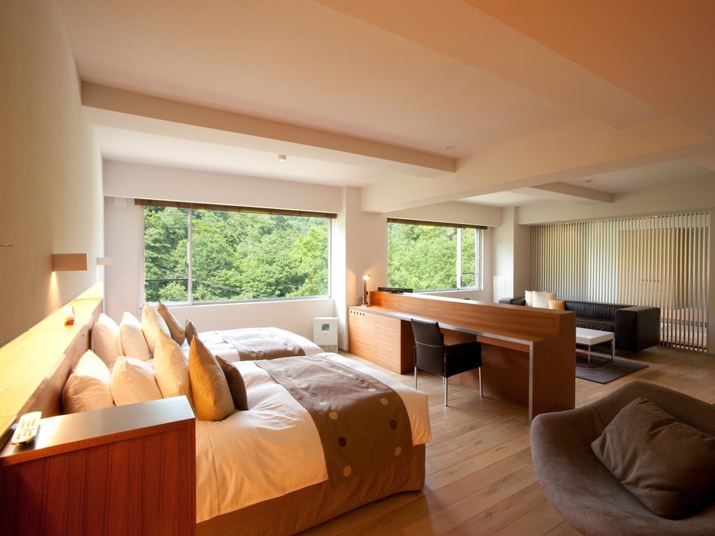 【ラグジュアリー和洋室】リビング&ベッドルームと、奥側和室は襖で仕切りを設けております。
