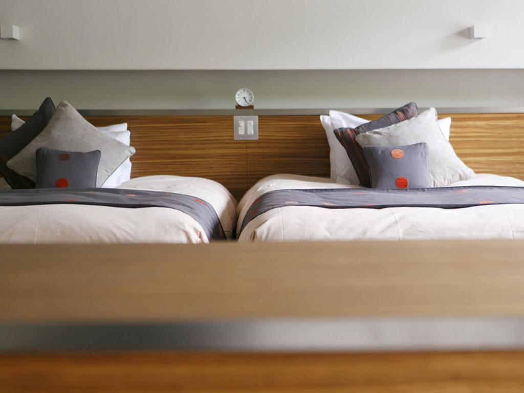 【ラグジュアリーツイン100�u】ベッドスペースに拘りの色彩で配置したクッション