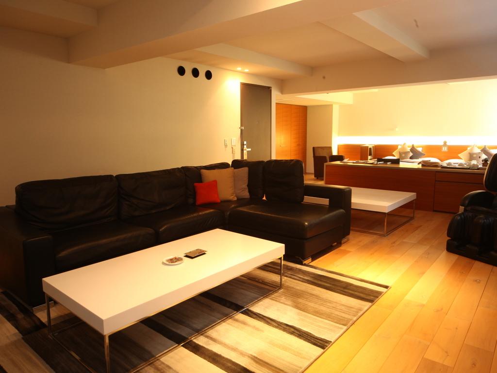 【ラグジュアリーツイン100�u】高級家具とマッサージチェアを備えたお二人用スイートルーム。