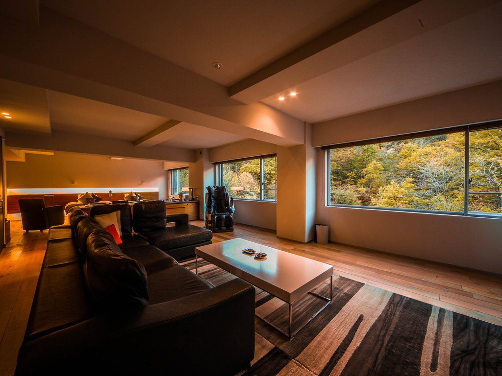 【ラグジュアリーツイン】大きな窓の外に広がる秋の風景。