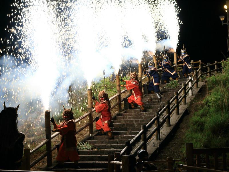 【地獄の谷の鬼花火】湯鬼神たちが、人々の幸せを願い花火を打ち上げます。