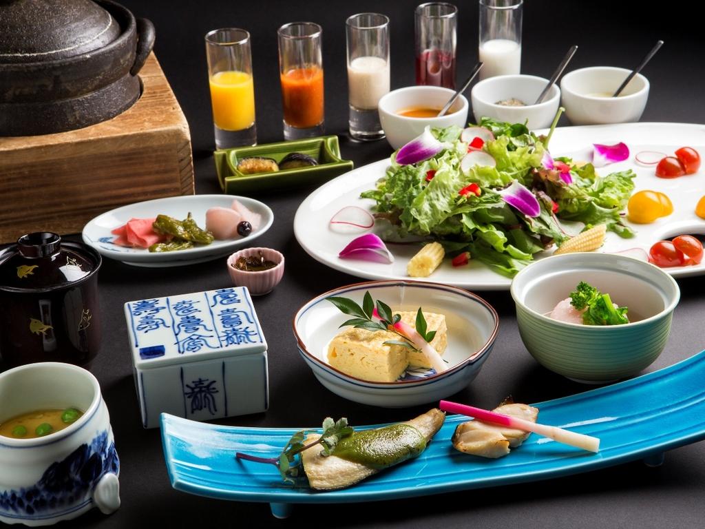 【朝食】和食の一例。焼き魚や煮物などの定番メニューに加え、道産食材を使った豆乳鍋をお召し上がりください