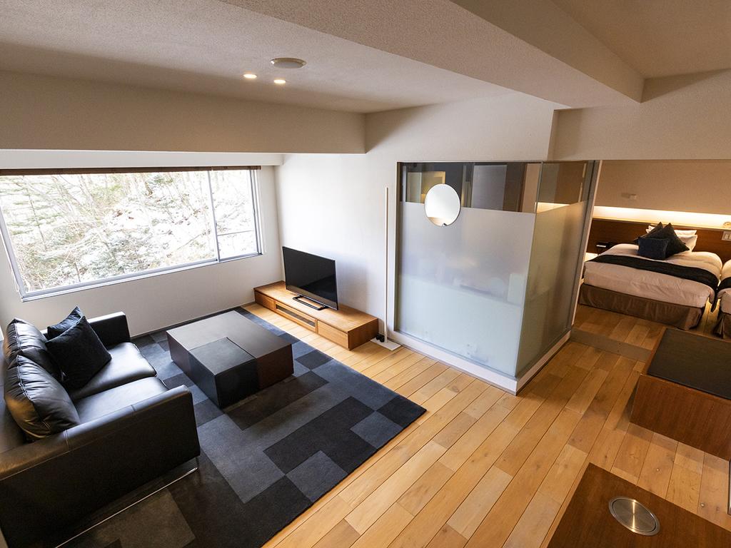 【ジュニアスイート50平米】リビングスペースとベッドスペースは分かれており、ゆっくりお過ごしいただけます