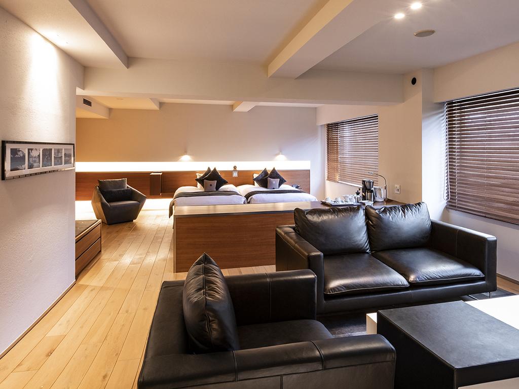 【スイート70平米】洗練されたシンプルなデザインと木のぬくもりが調和する開放的な空間で寛げます。