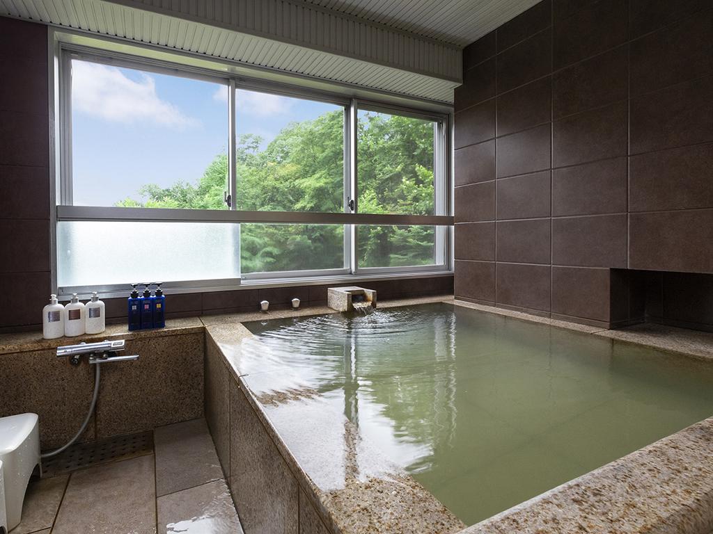 【客室展望風呂】四季折々の風景を眺めながらお部屋で源泉をお愉しみください。