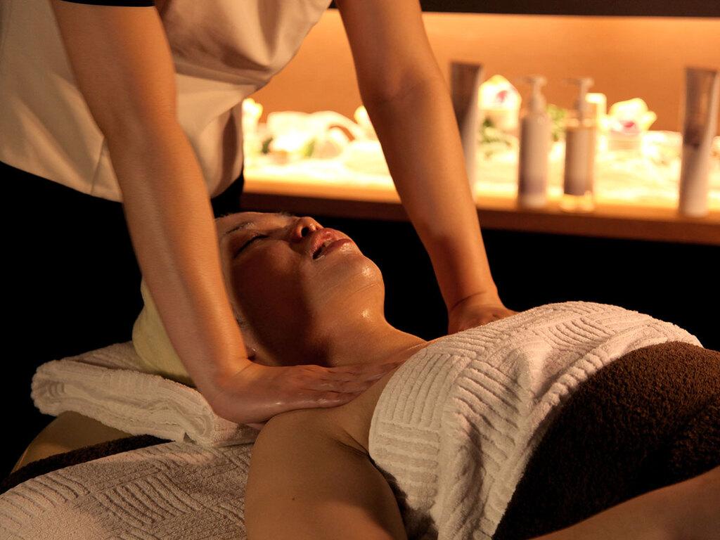 アロマオイルを使用したお顔のトリートメント。お顔からデコルテまでリンパの流れをスムーズにし健康的なお肌へ。