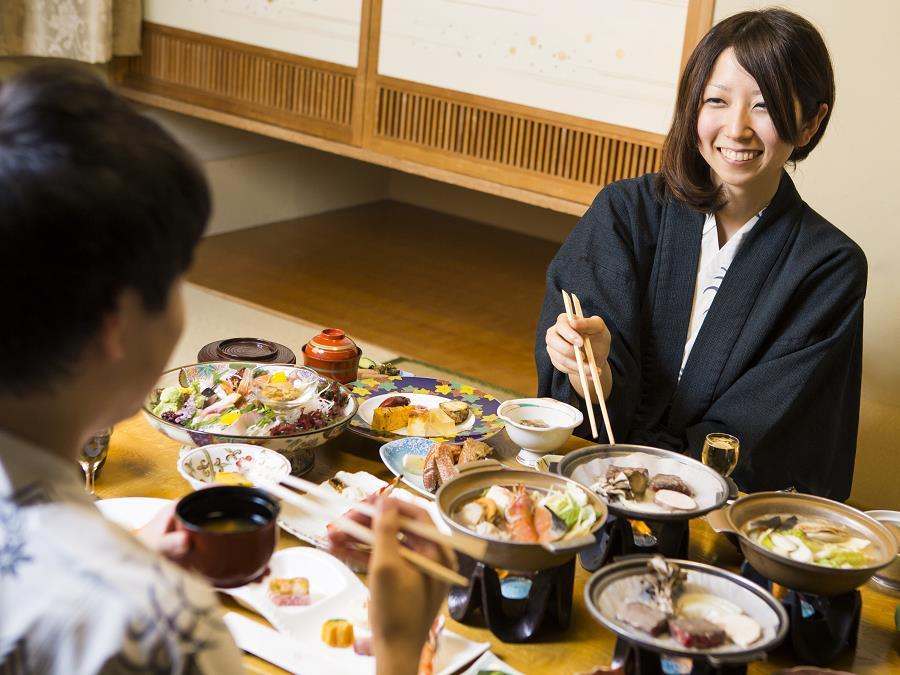 夕食はお部屋にて湖畔亭自慢の和食膳をお楽しみくださいませ。
