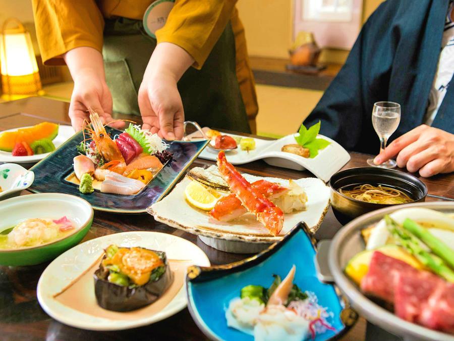 夕食は料理長自慢の和食膳をお部屋にご用意いたします。