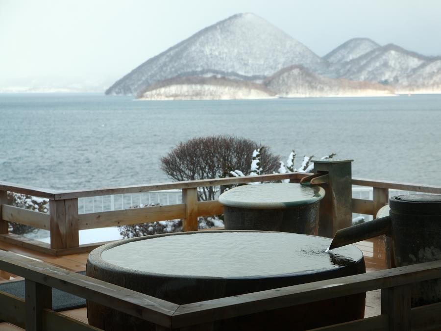 冬景色の洞爺湖を臨む絶景の露天風呂。