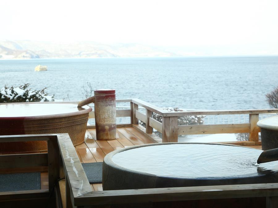 雪の中島を望む最上階の露天風呂。雄大な自然に囲まれ、ゆったりとお過ごしいただけます。