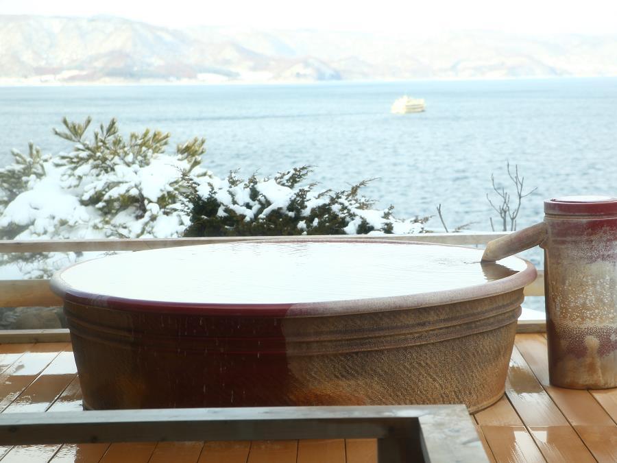 雪見風呂も楽しめる地上32mの天空露天。冷えた身体がじっくりと温まります。