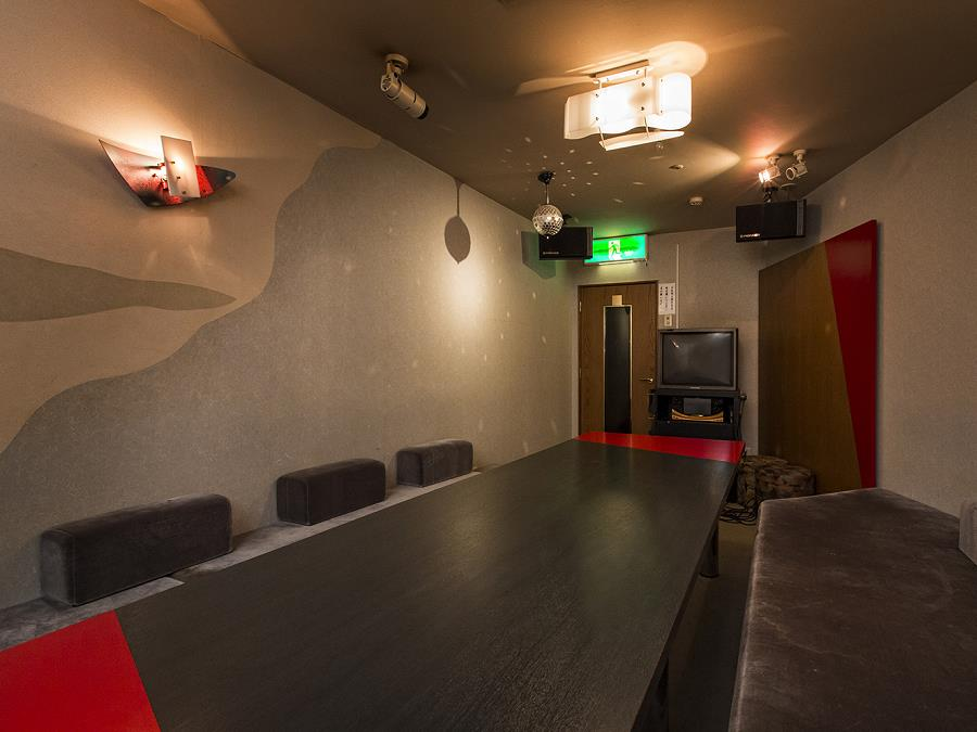 カラオケBOX「ユーカラ」/地下1階にカラオケルームがございます。