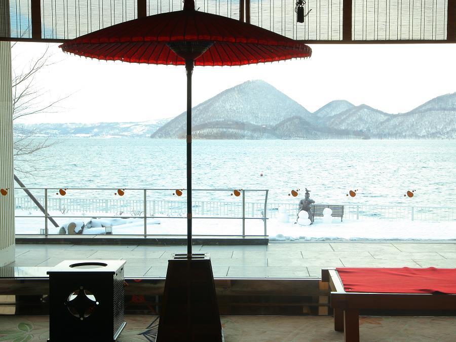 雪化粧の洞爺湖と中島を臨むロビーからの眺めは絶景です♪