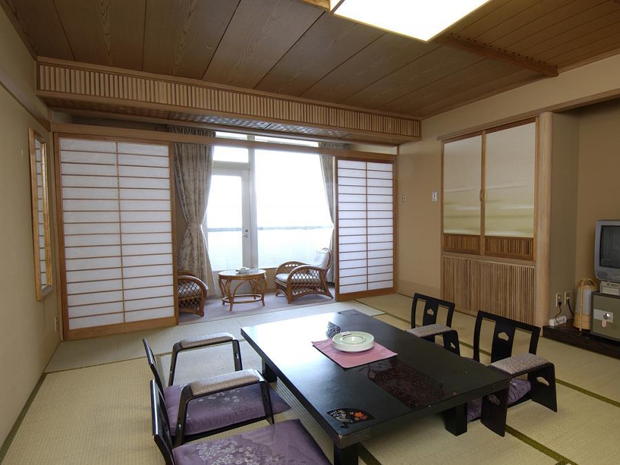 湖側客室/大きな窓の向こうに広がる洞爺湖の景色と、畳の香りに癒される和室。