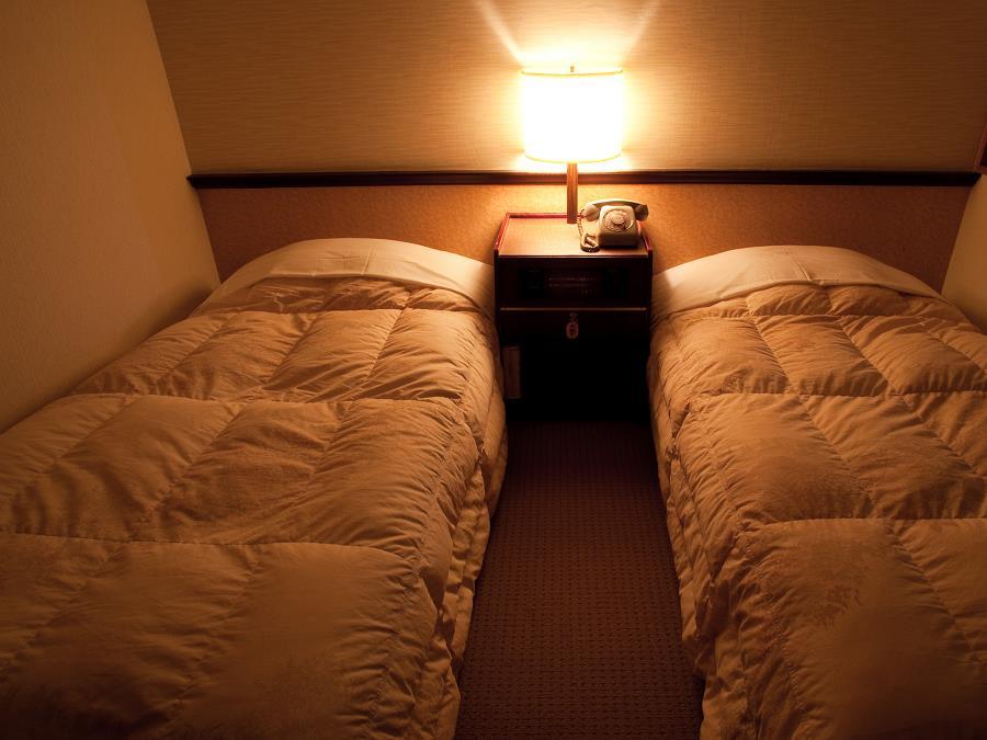 湖側和洋室/2名様までご利用いただけるベッドをご用意!