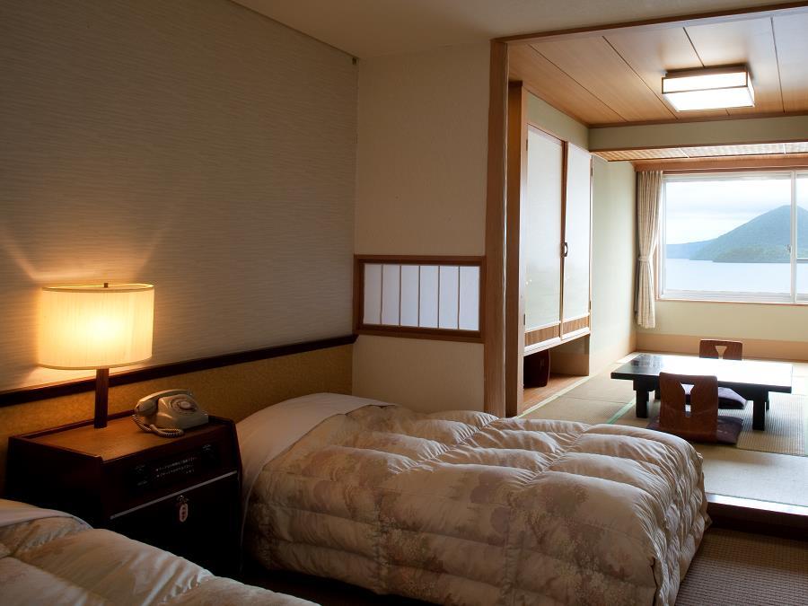 湖側和洋室/窓からは洞爺湖の景色がお楽しみいただけます。