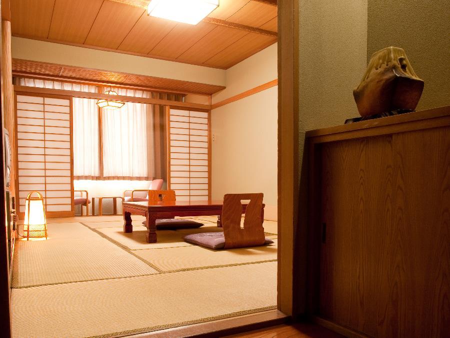 有珠山側客室/温泉宿ならではの和の寛ぎでお客様をおもてなしします。