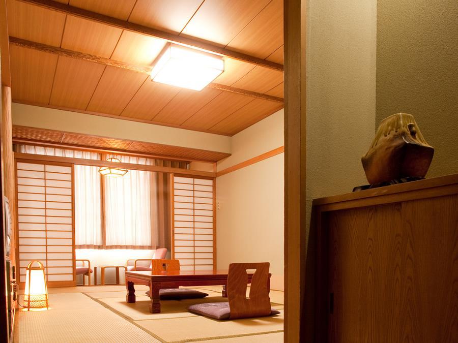 有珠山側客室/ゆったりとお過ごしいただける、落ち着いた設えの和室。