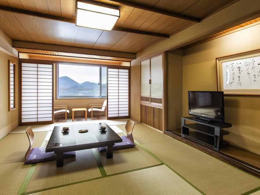 洞爺湖に面したゆったりとお過ごしいただける、落ち着いた設えの和室