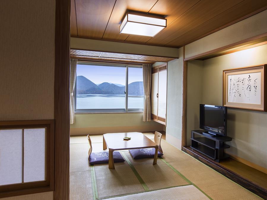 湖を見渡せる開放的な和室。手足を伸ばして、畳の上でゴロリと横になってみませんか。
