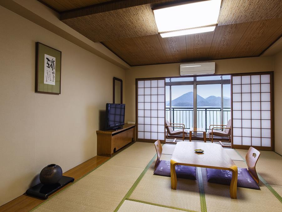湖側客室/窓の外一面に雄大な景色が広がります。