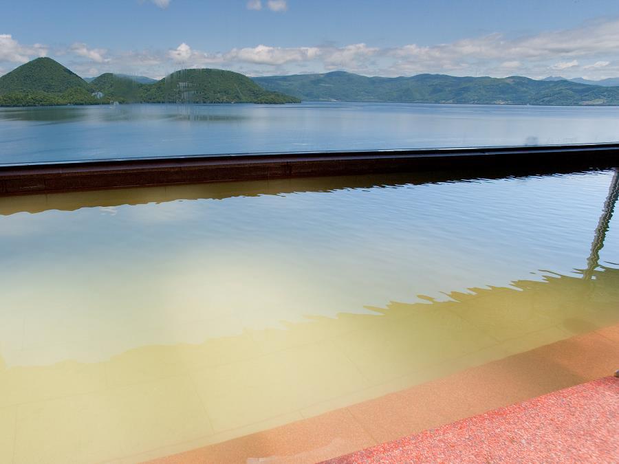 大浴場/大浴場から見た洞爺湖に浮かぶ中島。温泉に浸かりながら洞爺湖のパノラマを楽しめます。