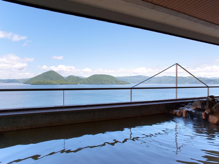 最上階(9階)から眺める洞爺湖を、湯船に浸かりながら一望できる空中大浴場。