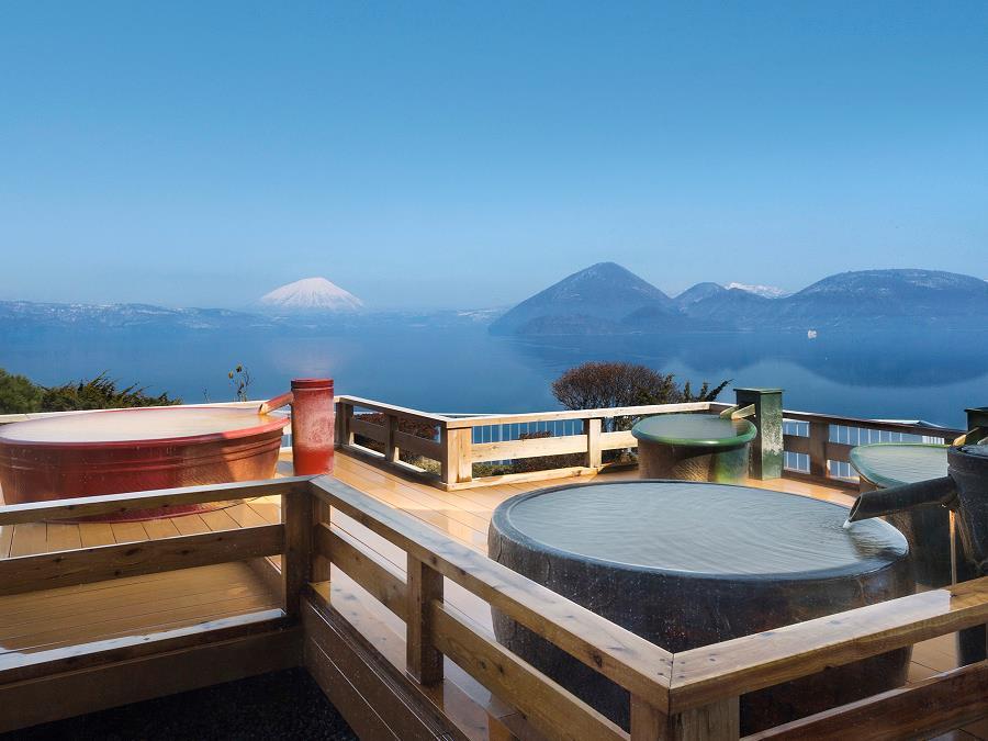 晴れた日には山間に羊蹄山も望める絶景露天風呂。陶器の浴槽で「熱の湯」をお楽しみ下さい。